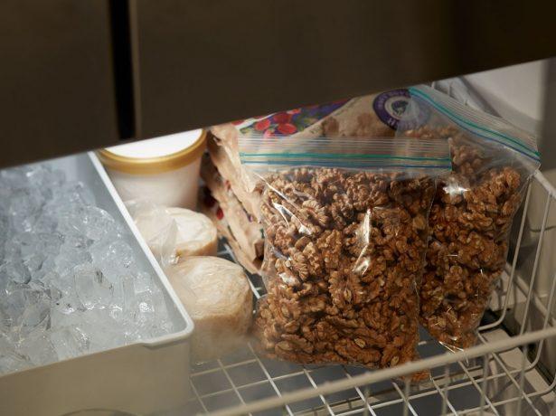 Грецкие орехи в морозильной камере