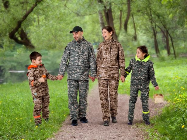 Семья на прогулке в лесу