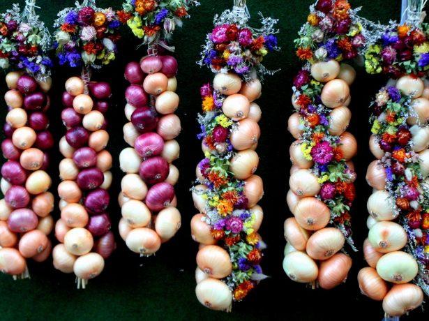 Косы из лука и цветов
