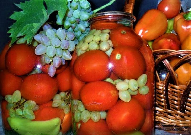 Осенняя фантазия: маринованные помидоры с виноградом на зиму