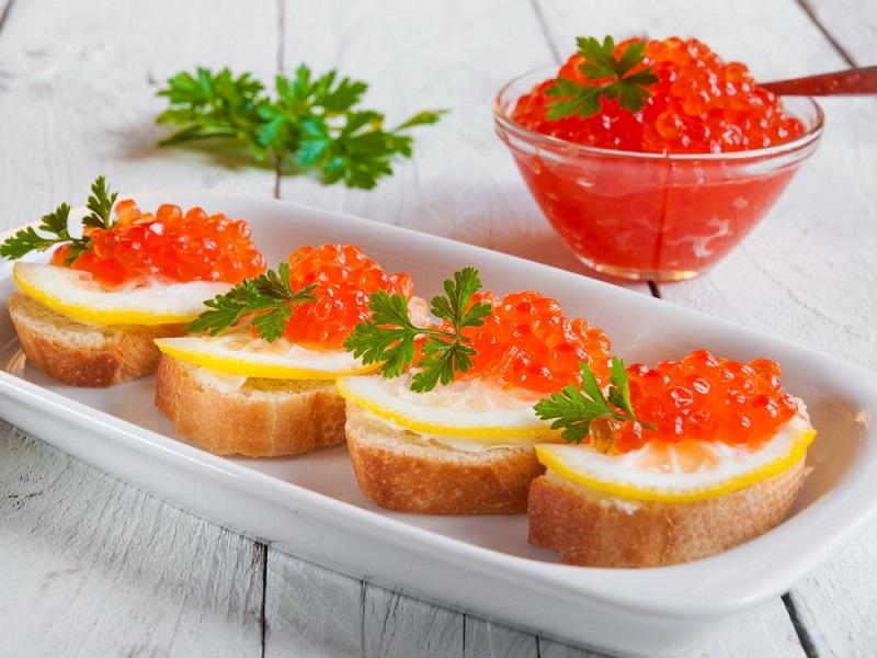 7 аппетитных бутербродов с красной икрой, которые стоит попробовать на Новый год