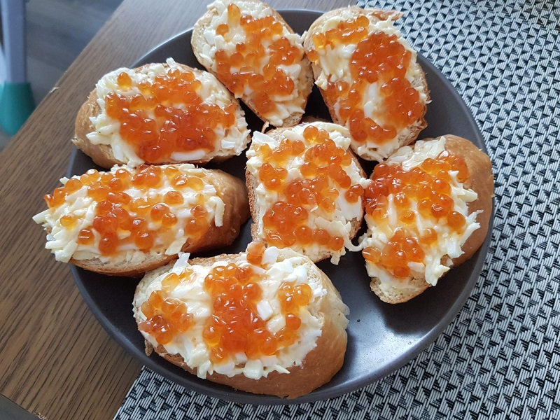 Бутерброды с красной икрой, сыром и яйцом