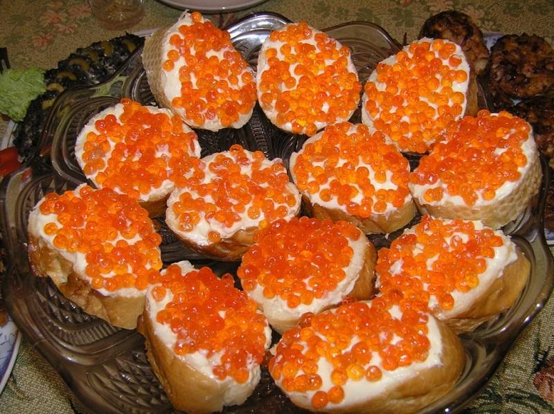 Бутерброды с красной икрой и печенью трески
