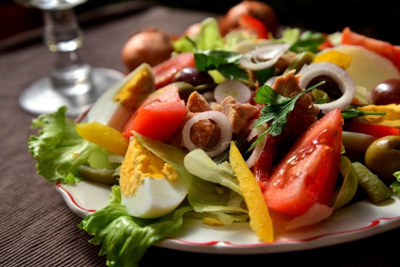 5 невероятно вкусных салатов, которые так и просятся на новогодний стол