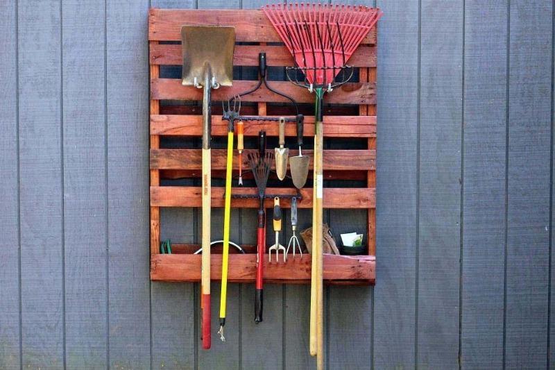 Где хранить садовый инвентарь: 7 удобных и простых идей для дачи