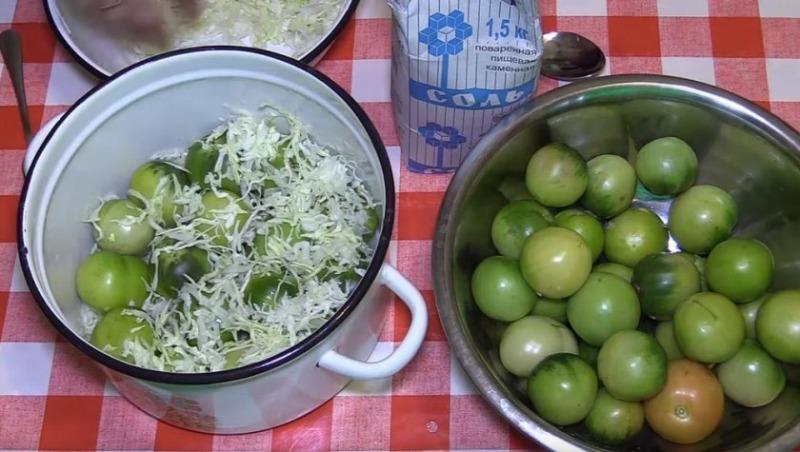 Квашу огурцы и зеленые томаты в капусте — все просят рецепт